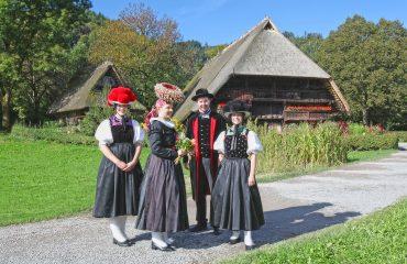 Trachtentraegerinnen Foto: Schwarzwälder Freilichtmuseum Vogtsbauernhof Gutach